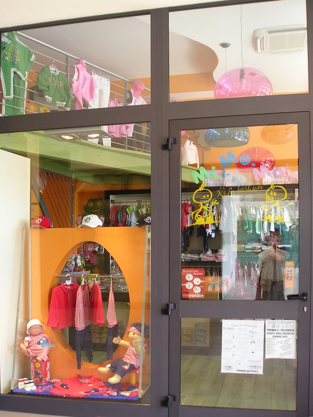 Negozi Di Arredamento A Modena.Arredamento Negozio Abbigliamento E Accessori Per Bambini Momoma A